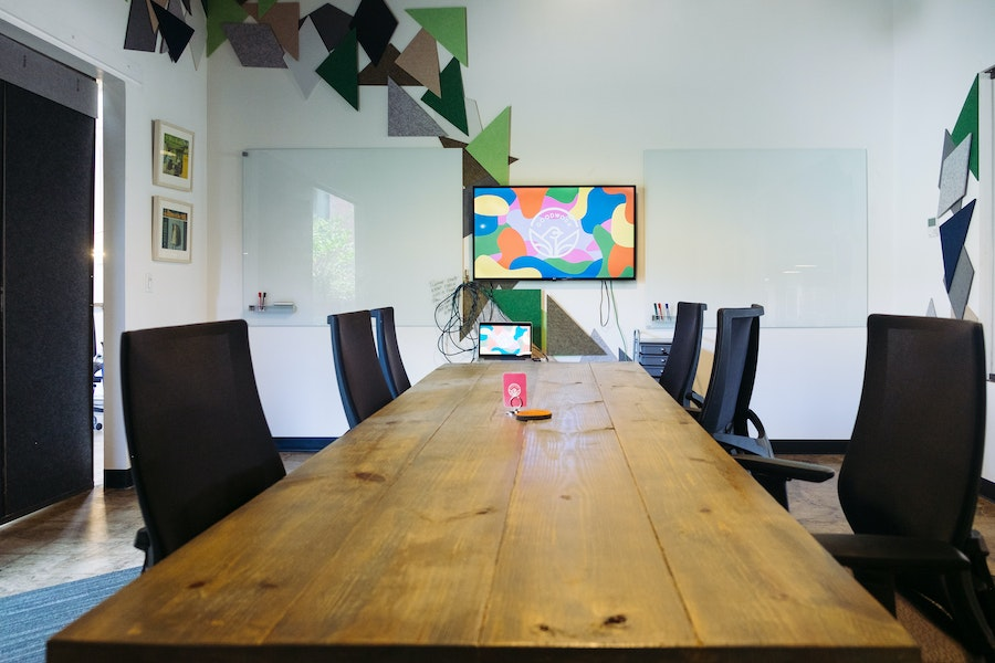 Flight Room: Creative 8-Person Meeting Room With Natural Light
